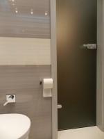 Beżowa łazienka.