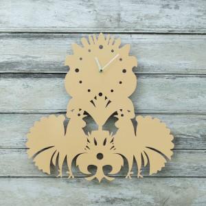 Zegar ścienny Folk  inspirowany łowickimi wycinankami, zaprojektowany przez Laskowscy Design. Dostępny w dwóch kolorach - fuksji i waniliowym.  Fot.Laskowscy design.