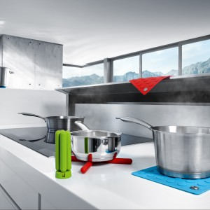 Podstawka pod gorące naczynia LAP, która może również służyć jako chwytak pod gorące naczynia. Wykonana jest z silikonu. Do wyboru w kilku różnych kolorach. 66 zł, Blomus/Portform.