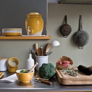 Kolorowe naczynia ceramiczne z kolekcji Natural Chic od francuskiej marki Emile Henry. Moździerz ceramiczny z tłuczkiem na zewnątrz pokryty szkliwem o wysokiej odporności na uszkodzenia – 125 zł, dozownik do oliwy i octu – 126 zł, pojemnik na sól – 116 zł. Do kupienia w sklepie internetowym Galeria Limonka.