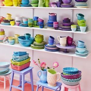 Kolorowe naczynia kuchenna od duńskiej marki Rice. Dostępne w bogatej palecie intensywnych barw.