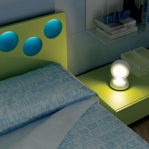 Lampka nocna powinna zapewniać oświetlenie optymalne do czytania w łóżku książek. Fot. Moretti Compact.