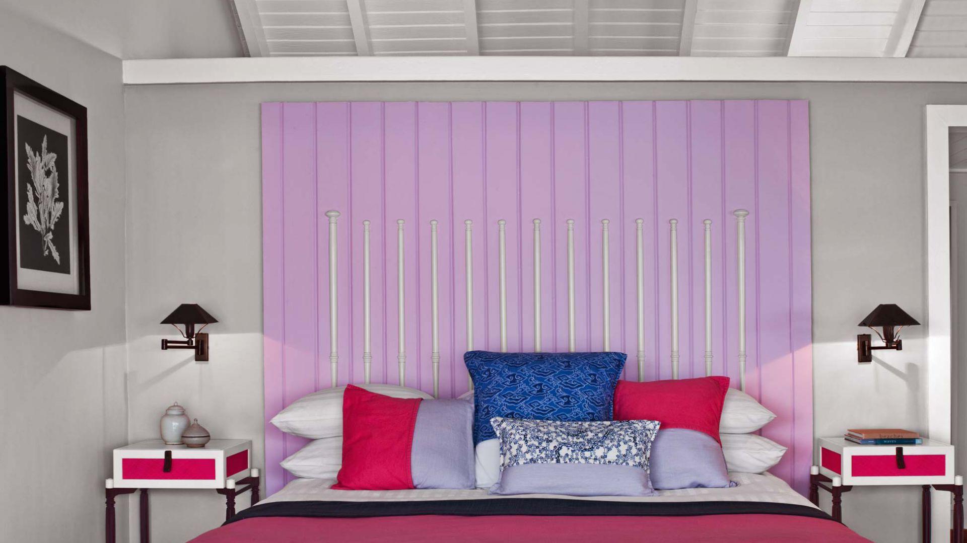 Liliowy motyw na ścianie skutecznie wprowadza kolor do sypialni. Fot.Luis Pons Design Lab.