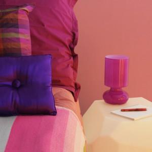 Romantyczne odcienie różu i fioletu dodadzą sypialni kobiecości. Fot.Dulux.