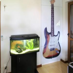 Fronty szafy zdobi motyw gitary elektrycznej. Fot. Archiwum Dobrze Mieszkaj.