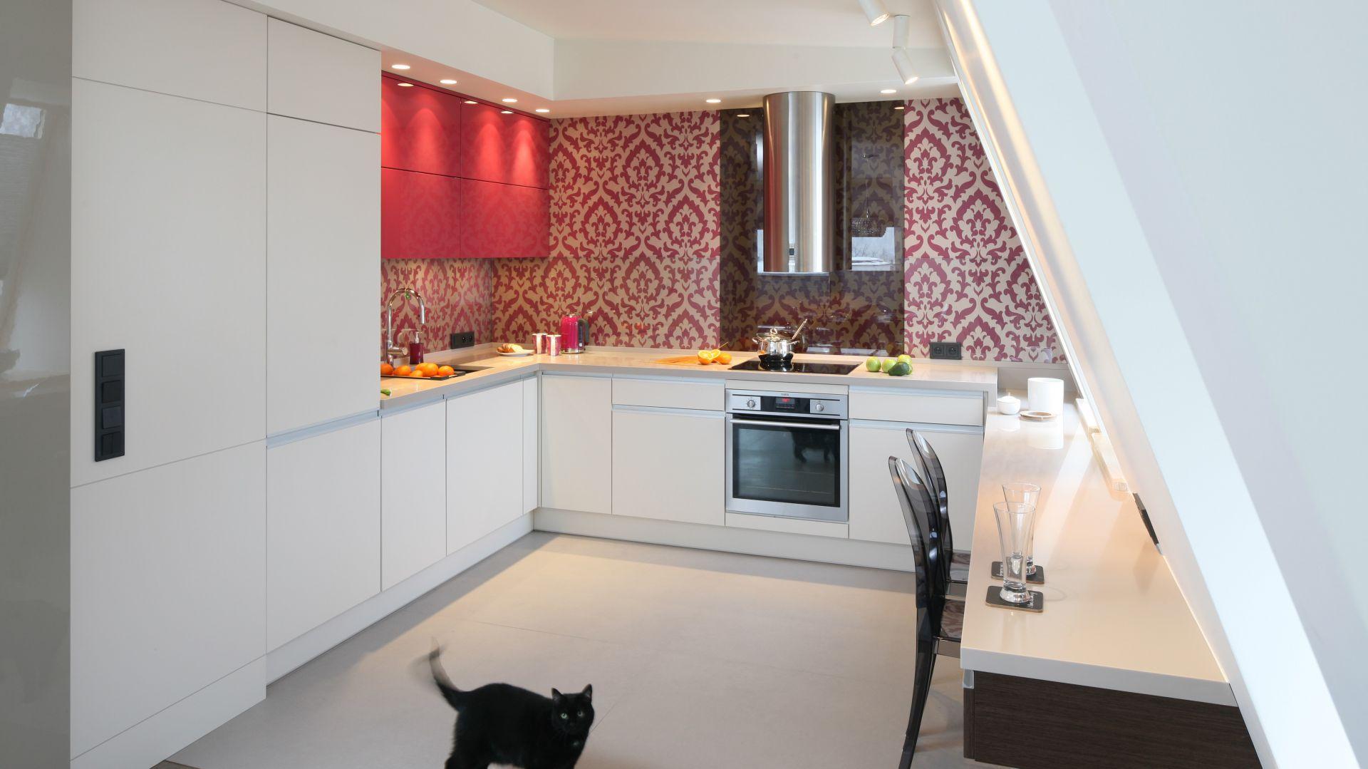 Kuchnia Otwarta Na Pokój Z Białymi Meblami Kuchennymi