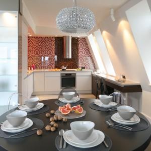 Wnętrze stanowi mieszankę nowoczesności z ciepłem i przytulnością, elegancji z wygodą i komfortem. Kuchnia w iście salonowej oprawie jest także pod każdym względem funkcjonalna. Projekt: Małgorzata Borzyszkowska. Fot. Bartosz Jarosz.