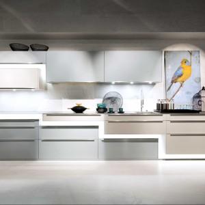 Ta piękna kuchnia to nieszablonowa propozycja wyglądająca jak dzieło sztuki. Fronty tego modelu AV3020 w kolorze Metalic ocean blue na wysoki połysk połączono z kolorem Kaschmir połysk. Bardzo oryginalny projekt całości i doskonała jakość wykonania. Zdecydowanie kuchnia dla indywidualisty doceniającego ciekawe rozwiązania wnętrz. Fot. Lome Meble.