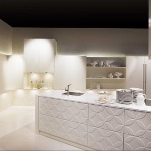 Najnowsza propozycja aranżacji kuchni. Lakier matowy nadaje pomieszczeniu przytulnego charakteru a wypukłości - niepowtarzalności i oryginalności. Wzór 3D z motywem kwiatowym został stworzony dla osób odważnych lubiących bawić się designem i eksperymentować. Kuchnię minimalistyczną można urozmaicić dorzucając pojedynczy element danego frontu. Fot. Lome Meble.