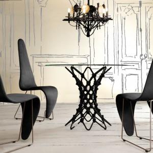 Pleciona podstawa stolika Dragnet wygląda niezwykle dekoracyjnie. Fot. Kenneth Cobonpue.