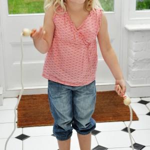 Gdy dziecko się nudzi namówmy je do aktywności fizycznej, np. skakania na skakance. Fot. Dotcomgift Shop.