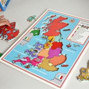 Mapa - puzzle bawi i zarazem uczy geografii. Fot. Dotcomgift Shop.