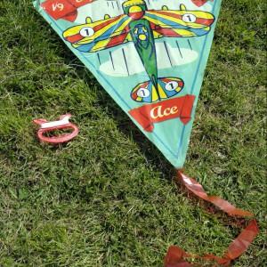 Gdy sprzyja wiatr, można puszczać latawce. Rozrywkę tę szczególnie lubią chłopcy. Fot. Dotcomgift Shop.