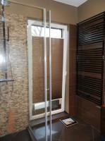 Łazienka w brązowej kolorystyce.