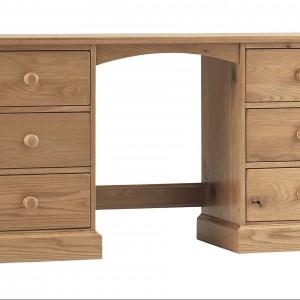 Solidne biurko w kolorze jasnego drewna. Fot. Debenhams.