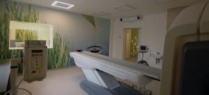 Projekt wnętrz Ośrodka PET_TK_MR na terenie 5 Wojskowego Szpitala Klinicznego z Polikliniką przy ul. Wrocławskiej w Krakowie. Placówka mieści się w dawnym budynku łaźni, historycznego zespołu urbanistycznego szpitala garnizonowego, zrealizowanego w latach 1907-1911 r., założenia o charakterze koszarowo-parkowym. Obecnie w budynku znajduje się nowoczesna pracownia pozytronowej tomografii emisyjnej (PET/CT) oraz rezonansu magnetycznego, wraz z niezbędną powierzchnią obsługującą.