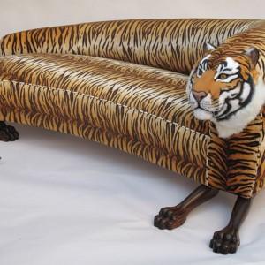 """Rodolfo Rocchetti to główny projektant we włoskiej firmie Tappezzeria Rocchetti zajmującej się produkcją wyjątkowych sof. Ręcznie wykonane meble dostępne są w kilku liniach stylistycznych, z których zwraca uwagę szczególnie linia """"zwierzęca"""". Na zdjęciu sofa-tygryd. Fot. Tappezzeria Rocchetti."""