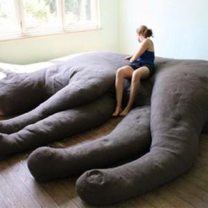 Felis Domesticus to gigantyczna kanapa w kształcie śpiącego (podobno) kota zaprojektowana przez studio Unfold na wystawę Habitat w 2010roku. Fot. Unfold.