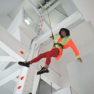 Ścianka do wspinaczki w mieszkaniu? Dlaczego nie! Ta tutaj znajduje się w apartamentowcu Sky House zaprojektowanym przez Davida Hotsona. Fot. David Hotson.