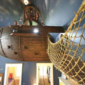 """Stare porzekadło mówi podobno: """"Możesz być kim chcesz. Chyba że masz możliwość, żeby zostać piratem. Wtedy zawsze lepiej jest być piratem"""". Wsłuchując się w ten głos przedstawiamy marzenie wielu z nas - prawdziwy pokój pirata. Fot. Steve Kuhn Design."""