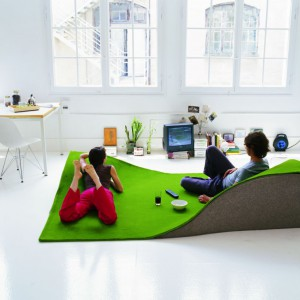 Flying carpet marki Nanimarquina to dywan, a jednocześnie wygodne siedzisko i fotel w jednym. Fot. Nanimarquina.