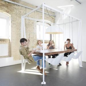 Stół i huśtawka w jednym to projekt londyńskiego studia Duffy London - ciekawy pomysł na towarzyskie spotkania. Fot. Duffy London.