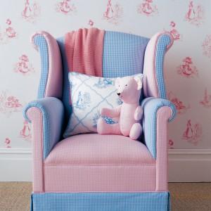 Wygodny fotel w pastelowych kolorach. Fot. Colefax and Fowler.