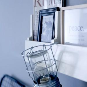 Przenośną lampę wyposażoną w  hak, możemy zawiesić w dowolnym miejscu. Lampa wykonana ze szkła i metalu.  Fot. Bloomingville.