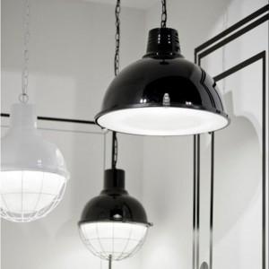 Lampa Seattle wykonana z metalowego klosza oraz grubego,karbowanego szkła zabezpieczonego metalową osłoną. Lampa dostępna w dwóch kolorach – białym i czarnym. Fot.Its about Romi.