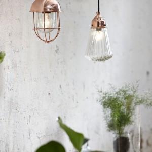 Wisząca lampa Diamond z karbowanym kloszem oraz lampa Copper Nest w kolorze miedzianym. Fot.Hubsch.