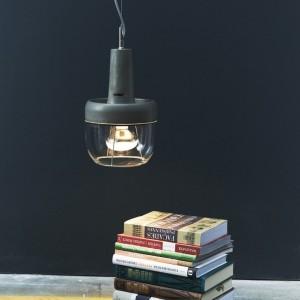 Lampa wykonana z betonu i szkła, dostępna w dwóch odcieniach szarości oraz kolorze białym. Fot. Concrete Home Design.