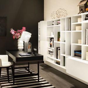 Połączenie czerni z bielą w domowym biurze wygląda niezwykle elegancko. Fot. Lema.