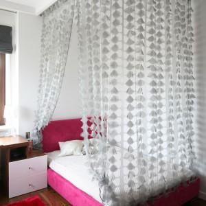 Różowe łóżko z dekoracyjnym baldachimem zdradza, kim jest właścicielka pokoju. Fot. Archiwum Dobrze Mieszkaj.