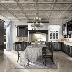 Kuchnia z kolekcji Imperial Nero Argento w kolorze czarnym ze srebrnymi dodatkami. Każdy element jest bogato zdobiony: kolumny, pilasty, fronty oraz przeszklenia szafek. Stylizowane są również uchwyty. Dostępne są także fronty m.in. w kolorze białym, beżowym, niebieskim i odcienie drewna. Zamiast srebra można natomiast wybrać złoto. Wycena indywidualna, Home Cucine.