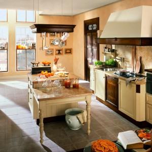 Kuchnia Sauterne w kremowym kolorze. Drewniane fronty wykończone zostały lakierem. Marmurowa blaty oraz elementy wykończone ciemnym drewnem dopełniają całość. Wycena indywidualna, Marchetti.