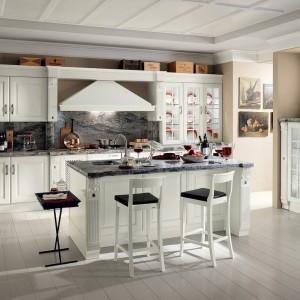 Elegancka i bardzo stylowa kuchniaBaltimora, która doskonale łączy urok przeszłości ze współczesnymi elementami. Fronty są drewniane, a blaty kamienne. Wycena indywidualna, Scavolini.