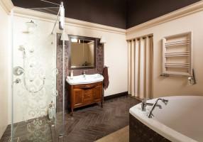 Ciemny sufit był pomysłem na to nietypowe, bardzo wysokie wnętrze łazienki.