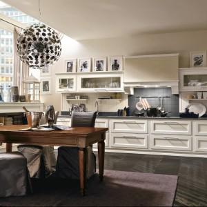 Kuchnia z kolekcji Milano, która zapewnia miejsce zarówno na przechowywanie, jak i na wyeksponowanie ładnego, ciekawego wyposażenia. Białe fronty zestawione z szarym blatem tworzą stylowy zestaw. Przeszklenia zastosowane w szafkach wiszących dodają zabudowie lekkości. Wycena indywidualna, Toncelli.