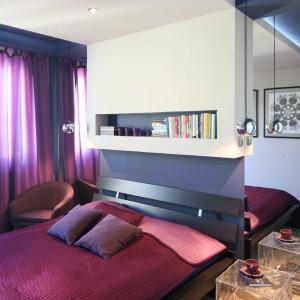 Nieco sentymentalny charakter nadaje wnętrzu pamiątka rodzinna – fotel po prababci. Odnowiony na potrzeby sypialni jest praktycznym i dekoracyjnym elementem wyposażenia. Fot. Bartosz Jarosz.