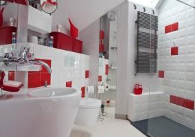 Płytki w łazience nawiązują do starej gry w okręty. Położone w spontanicznym szyku dodają wnętrzu dynamizmu.