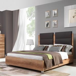 Kolekcji Fado w kolorze dąb dziki z charakterystycznym, zbliżonym do naturalnego, poziomym usłojeniem pozwala gustownie sypialnię.Fot.Wajnert.