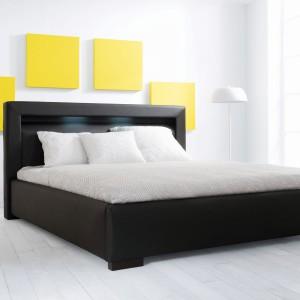Tapicerowane łóżko Bianco z możliwością zakupu stelaża  wraz z pojemnikiem na pościel.Dodatkową zaletą łózka jest podświetlane wezgłowie. Fot.Black Red White.