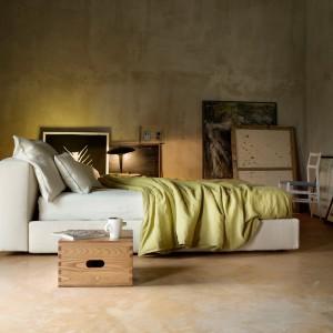Łóżko Mex o prostych, minimalistycznych kształtach z pojemnikiem na pościel. Proj.Pierro Lissoni. Fot.Cassina.