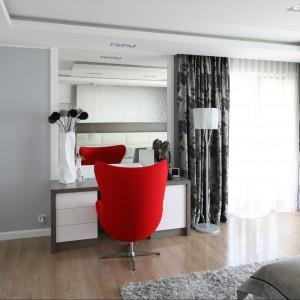 Czerwony fotel stanowi mocny akcent kolorystyczny we wnętrzu. Proj. Agnieszka Hajdas - Obajtek. Fot.Bartosz Jarosz.
