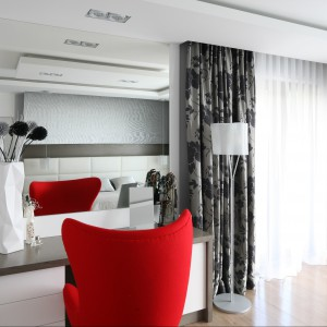 Strefę toaletki wyznacza wysokie lustro umieszczone na ścianie. Proj. Agnieszka Hajdas - Obajtek. Fot.Bartosz Jarosz.