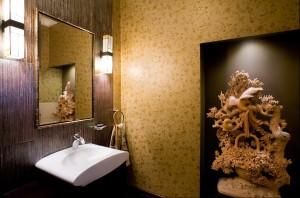 Łazienka dla gości. Inspiracją stały się ptaki z ulubionej rzeźby właścicieli domu.