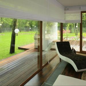 1 Salon za sprawą ogromnych okien przenika do ogrodu i na odwrót. Wystarczy położyć się na szezlongu i napawać widokiem. Fot. Bartosz Jarosz.