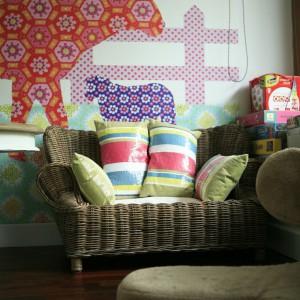 W pokoju dziecięcym wiele mebli jest w formacie mini, nawet rattanowa sofka. Fot. Bartosz Jarosz.