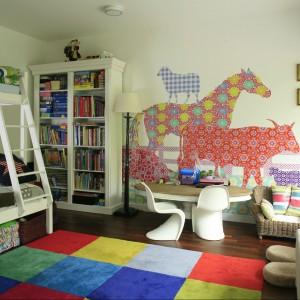 """Tapeta Eijffinger z barwnymi zwierzętami wprowadza klimat zabawy, zaś miniaturowe krzesła """"Panton Chair"""" Vitry stoją na straży dobrego designu i wygody. Fot. Bartosz Jarosz."""
