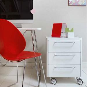 Kontener na kółkach rekompensuje brak szuflad w minimalistycznym biurku. Fot. Caligaris.